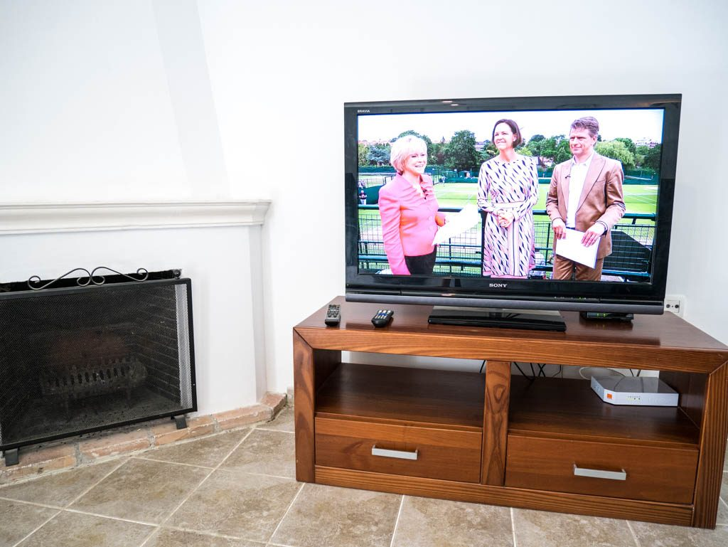 "40"" TV, broadband WiFi and working fireplace"